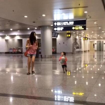 昨晚的北京电闪雷鸣⚡️⚡️⚡️灰机晚点4小时😲谁家的孩子夜里12点还这么精神啊😱