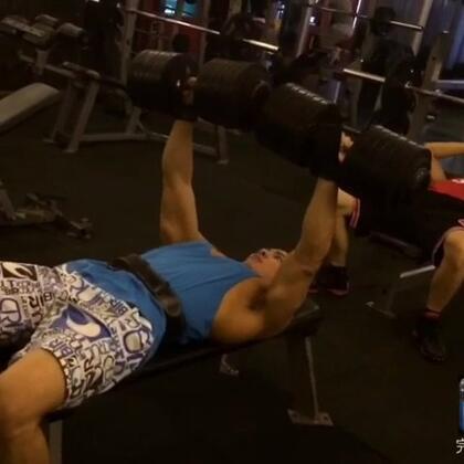 220斤胸推一只110斤,各位親,不要拿我跟其他瘦小的教練比,我180cm,83KG,5%體脂肪,我要練成像外國的健身model一樣,肌肉夠大線條夠美,練不壯就說不想練太壯這種鬼話不要跟我說,等你練壯再說好嗎💪#男神##健身达人##猛男##男模#