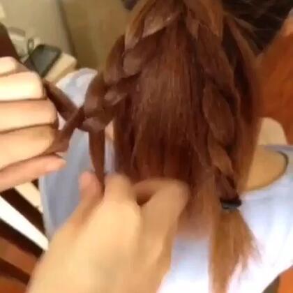 #时尚#小清新马尾。1:扎好马尾后,把马尾上下一分为二,再把上面的头发一分为二;2:把上面的头发分别采用三股辫的方法编好;3:把编好的发辫向下交叉固定,注意弧度。4:佩戴合适的发饰就OK啦。威信:w2228991314