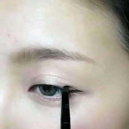 【三步学会自然眼线】1)眼睛微开,从眼尾画一条180度的横线;2)然后把眼线的尾巴连接到眼中央再填满它;3)请依照你的眼形自行加厚眼线的后半段。看着是不是很简单呢?试试看吧!