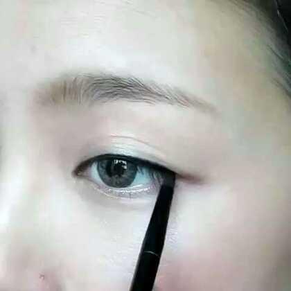 【学Parksora式眼线】今天小编教大家一款韩国女神Parksora(朴韶拉)的招牌眼线画法,这款眼线的特点是保持前半段眼线纤细,这样可以让双眼皮更明显,眼线的头跟尾在同一条直线上,大家试试吧!