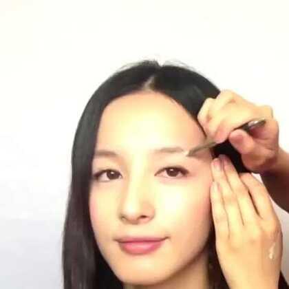 """【韩式平眉教学】韩式一字眉,虽然发过很多次了,但每次都有不一样的收获哦!看这两闺蜜是如何教大家的?完整版视频👉关注微信""""ihzxly""""发送v029收看!"""