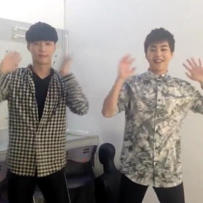 """【动感】《鸭梨大 — 至上励合》至上励合《鸭梨大》自创""""解压舞""""来啦!EXO的成员们也在跳呢,粉丝们的尖叫在哪里?!快来跟着节奏一起high,""""解压舞""""跳起来,烦恼压力say拜拜~美拍在线音乐可以下载这首歌哦!视频来源:@至上励合组合"""