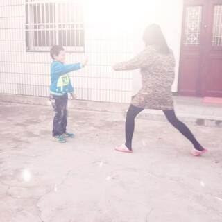 打架前先有礼貌的鞠躬…不是真踢,一脚都没踢到,不要以为我欺负小孩