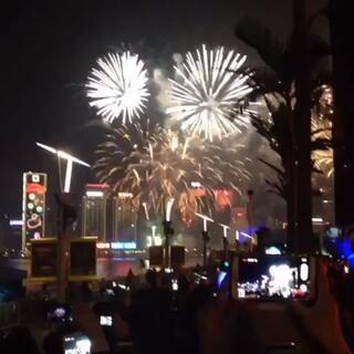 昨天玩High了,剛剛才起床😛送給你們香港滴煙花匯演😘祝你們新年快樂哦~say bye to 2014 and welcome 2015❤️