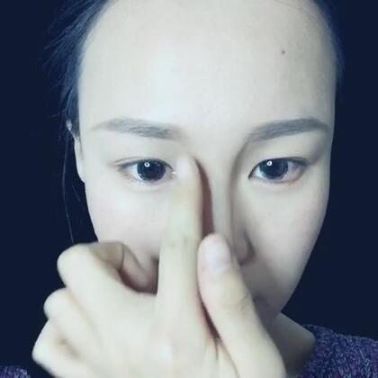 小鼻の伪装术😶首先你需要一根棕色眉笔,然后把自己画成阿凡达,然后用手指抹抹均匀,就完成啦~我用的是solone的砍刀眉笔2号色。真的不该在重感冒的时候撸视频啊(。≖‿≖ฺ)看到鼻花闪闪了Σ(|||▽||| )