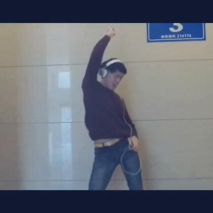 #搞笑#当一个人等电梯的时候,你有没有遇到过这种尴尬的场面呢?😂有过的请自觉点赞!(新浪微博:一个人的舞蹈YYT 微信:yyt51172)感谢各位小伙伴们的友情出演!@这个季节不冷了 @许航瑀