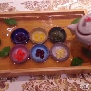 #美食#功夫布丁,五彩茶杯布丁。布丁做出了功夫茶的味道,自己乱混搭是不是很有创意也有中国风呢?如果您觉得还不错赶快双击(点赞)吧!#qq糖布丁##我要上热门##创意##中国特色#@美拍小助手