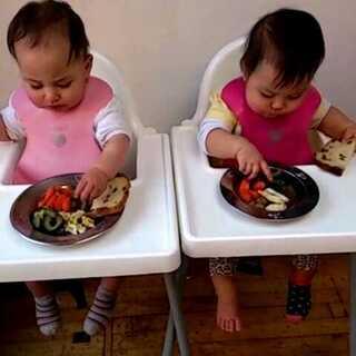 你们将来有自己的BB也要好好爱她们就像麻麻爱你们一样,每顿都是爱❤满满的。😁😁😁#宝宝##今天吃什么#今天的午餐:牛肉丸+蔬菜+鱼+面包