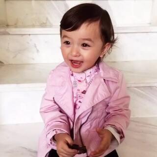每次萌萌皱起眉头时,她就当作她拥有了超能力,要在场的人都怕怕她,膜拜她,然后她就会哈哈大笑😅#宝宝#