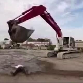 #逗比##搞笑##我要上热门# 这是哪家学的挖掘机😓😓😓😓