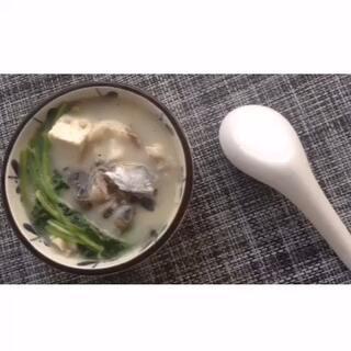 【 鱼头豆腐汤 】做完烤鱼(上个视频)的鱼头鱼尾,不想浪费,所以做了这个汤。味道好鲜呐~记得加水的时候要加热水哦。话说这个汤真是太营养了,油又少。绝对滴光补营养不长肉。😆😆😆uu微信:anne10055#美食##健康养生##吃货#