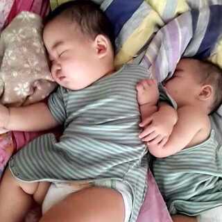 双胞胎熊熊🐻🐻酱紫睡😂😂求模仿哦(真想象不到他俩最后是打不动了,还是谁输了,这到底是发生了什么,还是个怎样的故事呢?)#自嗨模式##小时候我长这样##宝宝成长记录##宝宝#