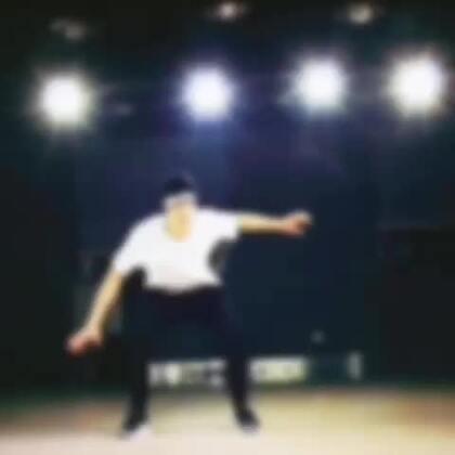 #新特效Turbo#动感来袭啦!?? 这个特效很适合跳舞、滑板等运动的时候用哦!?? 节奏感十足的狂野节拍,再加上你动感酷炫的动作,耍帅效果简直好到爆!你还不快跟着节奏来一起High!??