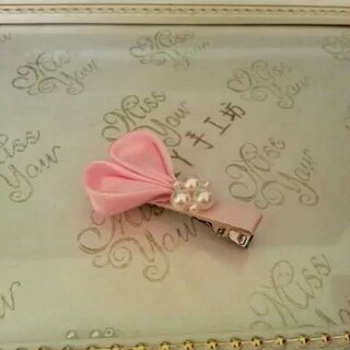 #创意手工##手工制作发夹##我要上热门#用丝带制作的爱心发夹,粉嫩嫩的颜色,可爱的造型,装饰上手工穿制的珍珠非常好看!😊简单的用视频演示一下爱心的制作过程!希望大家喜欢!❤