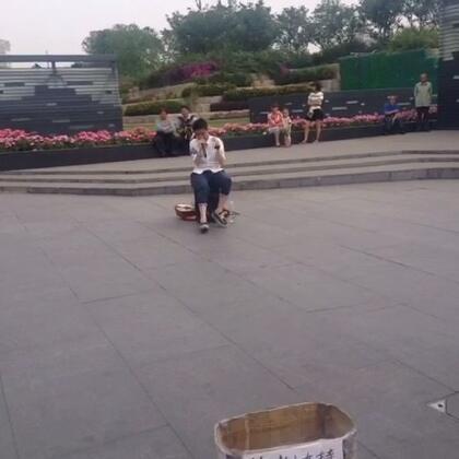 路过人民公园,一帅小伙在卖艺唱歌。歌声很动听,但更欣赏他们为自己的梦想而奋斗!我们是否也该拥有这种精神?#你为梦想做了啥?#😊#在路上##唱歌#