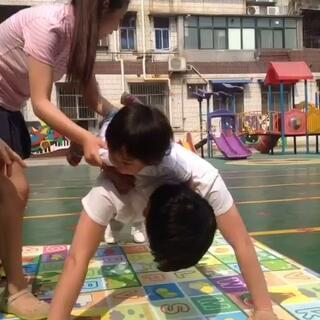 #宝宝##六一#今天女儿的学校举行亲子运动会,果果爹背着果果参加疯狂俯卧撑!😘