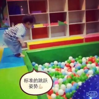 😁每次跳跃前的姿势 侧面好好笑 😅肚子鼓鼓 屁股翘翘 👻不要太标准哦👻#宝宝##小小美好#