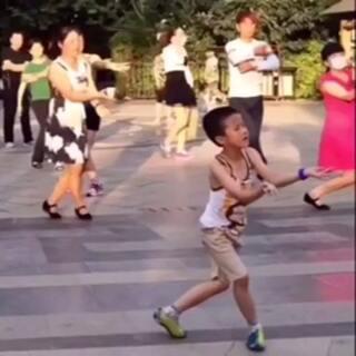 男孩混迹在大妈中跳广场舞,这舞姿我也是醉了😂#随手拍##广场舞##熊孩子##舞蹈##我要上热门##搞笑宝宝#