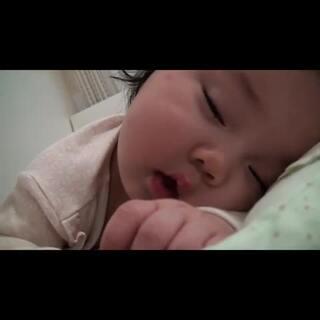#萌萌宝宝#3 妈妈我想和你玩,但我真的是太困了😂😂😂😂😂#宝宝# 个人微信:1900258192, 欢迎会说韩语的亲们聊天