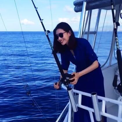 一位辛苦了大半天拉鱼线,以为钓到大鱼,却在最后关头松掉鱼线的可怜女纸!