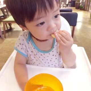 水里的柠檬已经泡的不怎么酸了,年年自己抓出来吃了几口#宝宝吃柠檬##年年的第一次#