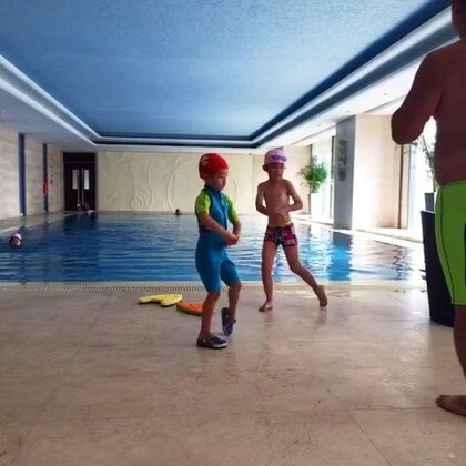 小朋友学游泳喽!