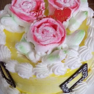 #最好吃的东西#最好吃的东西莫过于甜食,蛋糕是我最爱,巧克力是我特爱😍😍可惜这花被压扁了,不好看了😭😭