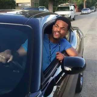 马路并不适合扮酷。#搞笑#(每天都会更些的外国视频,如果你喜欢的话,记得关注哦。)