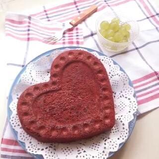 #美食##七夕约会餐##我要上热门#心形红丝绒蛋糕,一想到做情人节蛋糕,脑海里马上跳出的就是红丝绒,特意没有加奶油和别的装饰,简简单单红红就的是我的❤️。大家可以根据自己的喜好加水果和奶油!制作方法写留言,看不到的可以加我微信哦!yoyo491689982 大家七夕快乐!单身狗们早日脱单哦!😁