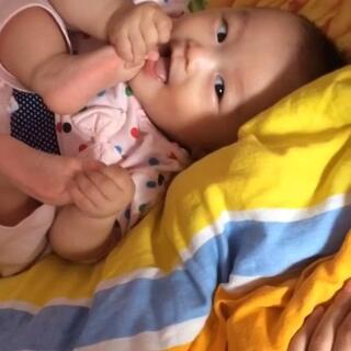 爱吃脚的女汉子#爱吃脚丫的宝宝##女汉子##宝宝#