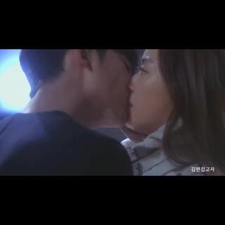 #那些年韩剧的kiss神# 2014年有太多让人难忘的韩剧了,这些韩剧里面当然少不了那些kiss神们,这里有温柔妩媚的kiss、有突然袭击的kiss、有都教授的特异功能kiss、有含情脉脉的kiss、还有手抓女同学后脑的强吻kiss😂😂都是高手啊!不知道你们喜欢哪种?虐到了单身狗不要见怪啊😁#韩剧#