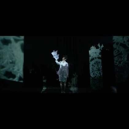 """【如果十年前,我没有做歌手,我会成为谁?】李宇春""""WhyMe""""十年演唱会系列宣传片之""""艺术家""""角色大片正式发布!在电光幻影中翩翩起舞,在斑驳光影中沉默绽放……李宇春以红、白两套造型演绎""""装置艺术家""""在创作中截然不同的双面个性。"""