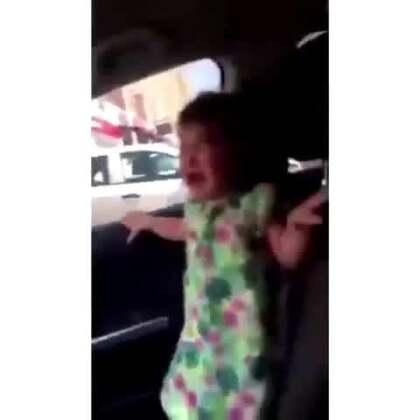 本来大哭的小女孩如何一秒不哭!小姑娘你还有两幅面孔呐~!