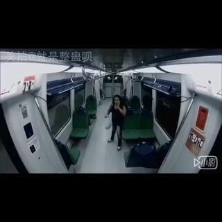 #整蛊##搞笑##逗比#地铁丧尸系列.真心吓尿!外国人用生命在整蛊啊😱亲们.我不是视屏的制造者.我只是搬运工啊😄