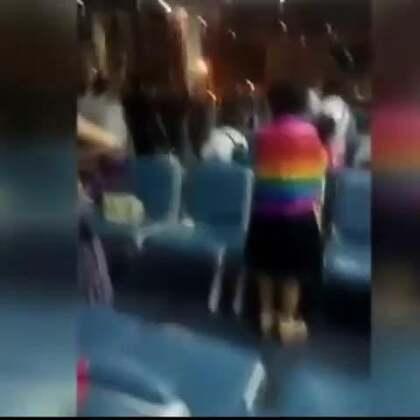"""泰国机场工作人员强行驱赶中国游客,中国游客集体唱起了国歌。5日,几段""""中国游客大闹曼谷机场""""的视频出现在网络上引起网友热议。视频上一些中国游客似乎在泰国廊曼机场因航班延误进行抗议,并高唱""""义勇军进行曲""""。"""