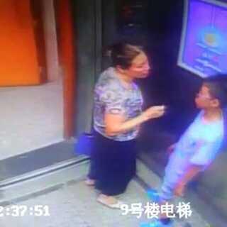 大妈好疯狂,强吻小男孩。😂#奇葩##花样大妈##搞笑视频#@美拍小助手 #我要上热门##我要上广场##大媽太狂喇#