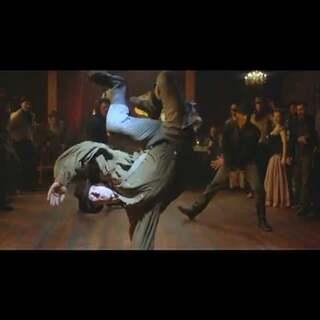 最有剧情的舞蹈battle #舞蹈##爱舞蹈爱生活##炫酷手指舞##鄙视渣男舞##触触舞##眉飞色舞# Cowboy vs Outlaw.喜欢男主,实在是太酷了👍🎵🎸🎤#舞蹈#