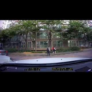 #韩国情侣间的那些事#16 不是韩剧胜似韩剧的大街浪漫情侣,偶然被车载摄像头拍到的真实大街上高中生情侣,你们也太有爱了,太可爱了😂不足一分钟的视频却足以传达万重love😭被虐了不要怪我啊#韩国大街浪漫情侣#