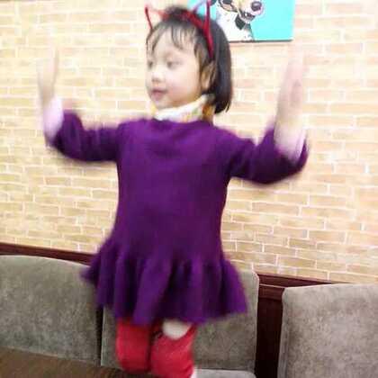 小博士幼儿园小班的专业舞者小轩轩,哈哈哈。随手捕获野生萌宝宝一只。#宝宝跳舞#