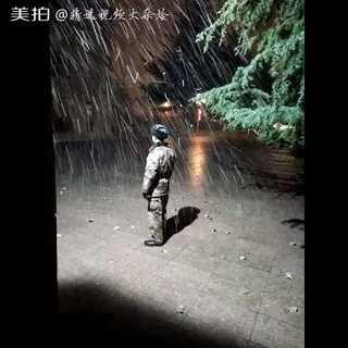 #感人瞬间#给军哥哥点赞,他们每时每刻都在为人民服务,不管刮风下雪!很感人的一幕👍👍#向中国军人致敬##最帅兵哥哥##我要上热门#@美拍小助手