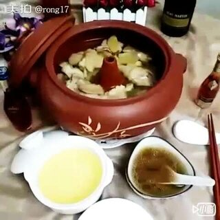 #美食##美食总动员#汽锅鸡,云南味道,汽锅鸡是云南的名菜之一,早在2000多年前就在滇南民间流传。建水出产一种别致的蒸汽锅鸡的餐具,云南汽锅鸡有很多种做法,今天做的是原汁原味的汽锅鸡,口感自然也就与众不同,鸡块鲜嫩,汤汁甜美,这道菜很值得学。歌名🎵云南味道#做菜小技巧##美拍小助手#
