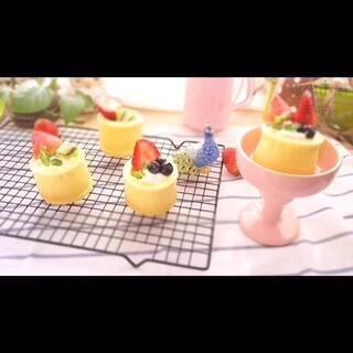 #美食#草莓酸奶蛋糕~~这款蛋糕的方子很简单,几乎零失败。烤的温度时间可根据自家的烤箱来决定是否需要调动。蛋糕🍰杯子里可装各种自己喜欢的水果或果酱、酸奶~#美食总动员#