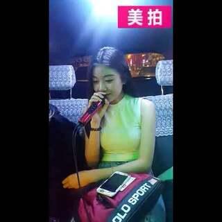 台湾有位出租车司机把车改成KTV式,如果乘客唱得好听,就可以免乘车费。一位妹子点了首《容易受伤的女人》,动听得司机都不舍得开了。循环了好多遍