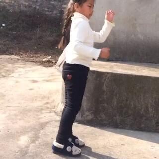 #韩国舞蹈##儿童舞蹈##good boy#她才看十遍视频教学,才会三天,昨天把舞步记住了!最别扭的地方是我改的😢失误大发了!她才五周岁多,很喜欢跳舞,也喜欢被夸😄,每次幼儿园放学回家不看电视不玩手机,只喜欢听歌跳舞对着镜子做鬼脸。可惜我们做大人给不了她想要的😭😭😭😭