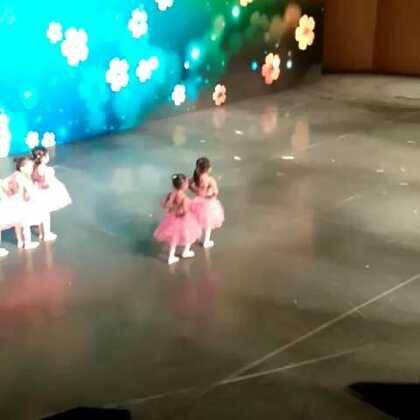 小妞们真是太棒了,好感动,她的人生第一次舞台😘😘😘#周末##舞蹈##舞蹈比赛#