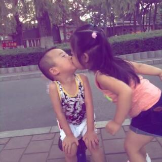 #最萌双胞胎# 最深情的吻😍