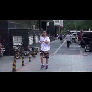 #小罗恶搞##我要上热门#北京街头抢路人对象被揍#愚人節整人計畫#