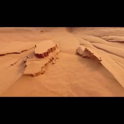 #涨姿势#这名男子前往撒哈拉沙漠徒手挖沙,接着沙中的魔幻世界就出现了!#我要上热门#
