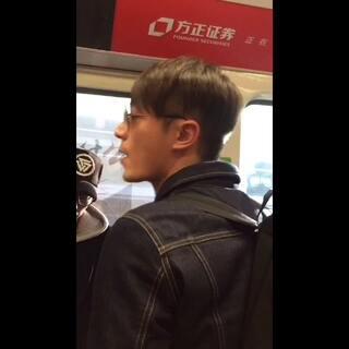 151218 北京机场到达 非常耐心的给粉丝解释不能签名的原因,话也越来越多了,越来越会撩妹#霍建华#😘😘😘@霍建华微吧 @霍建华贴吧 @华氏度霍建华影友会 @霍建华明星汇粉丝团